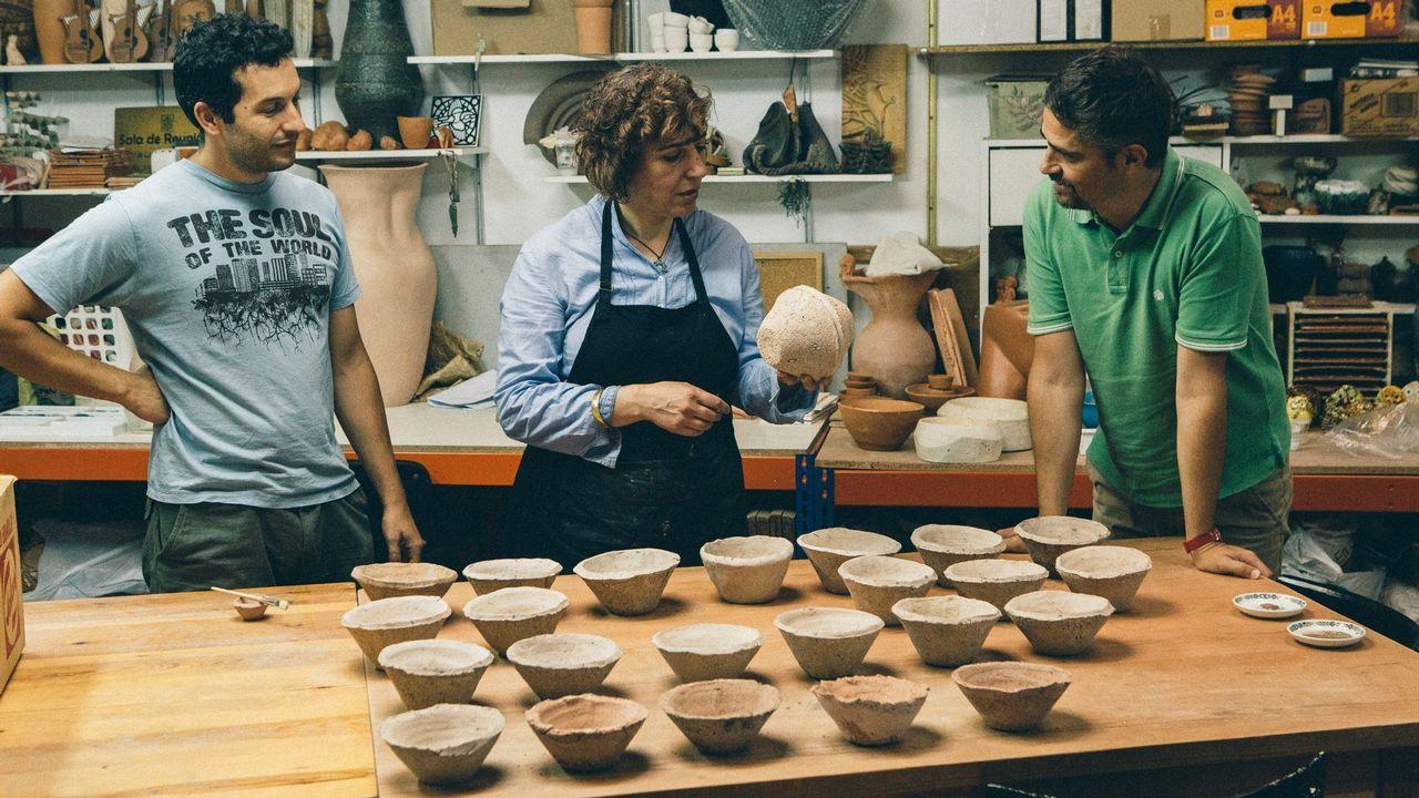 La sede de Duro Felguera.La artesana Susana González, entre los investigadores de la UDC Jorge Sanjurjo y Juan Luis Montero, con los cuencos mesopotámicos que reprodujo para su proyecto