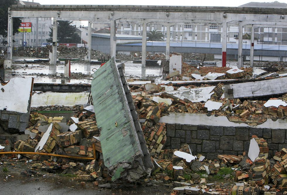 Chequeo a la frontera entre Ferrol y Narón.Las naves de la metalográfica Megasa han sido desmanteladas para dar paso al centro comercial.
