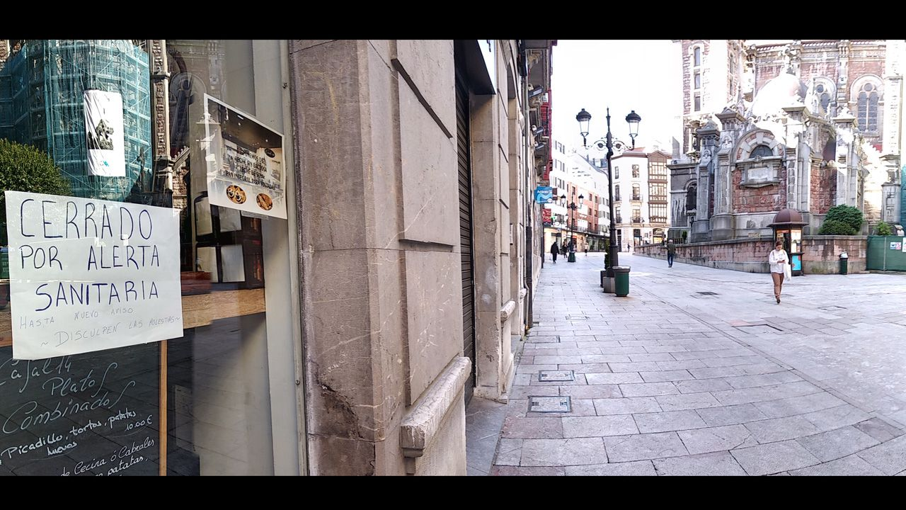 Una cafetería cerrada en la calle Doctor Casal de Oviedo, habitualmente muy concurrida los sábados