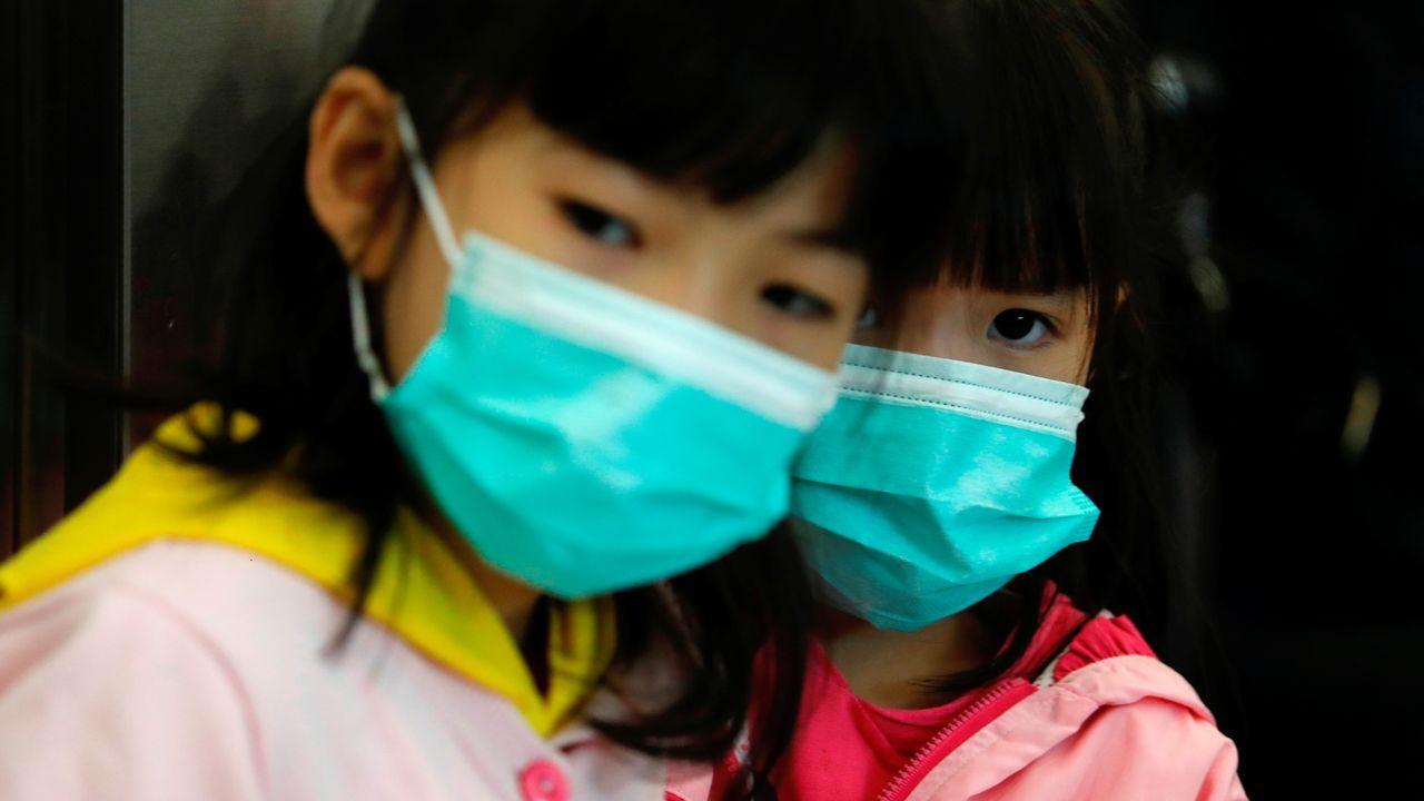 Prohibido entrar y salir de Wuhan.Personal médico de Indonesia rocía con antiséptico a los repatriados llegados de Wuhan.