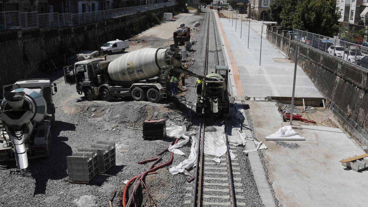 Los vecinos de Seixalbo soportan de madrugada las obras del AVE.Imagen de la vía con el tercer carril para ancho internacional en pleno casco urbano de Ourense
