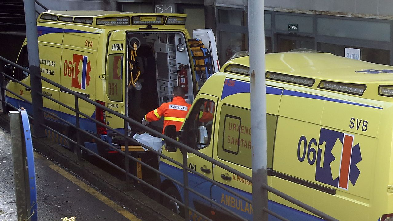 Ambulancias en el acceso de urgencias del hospital Montecelo, en Pontevedra