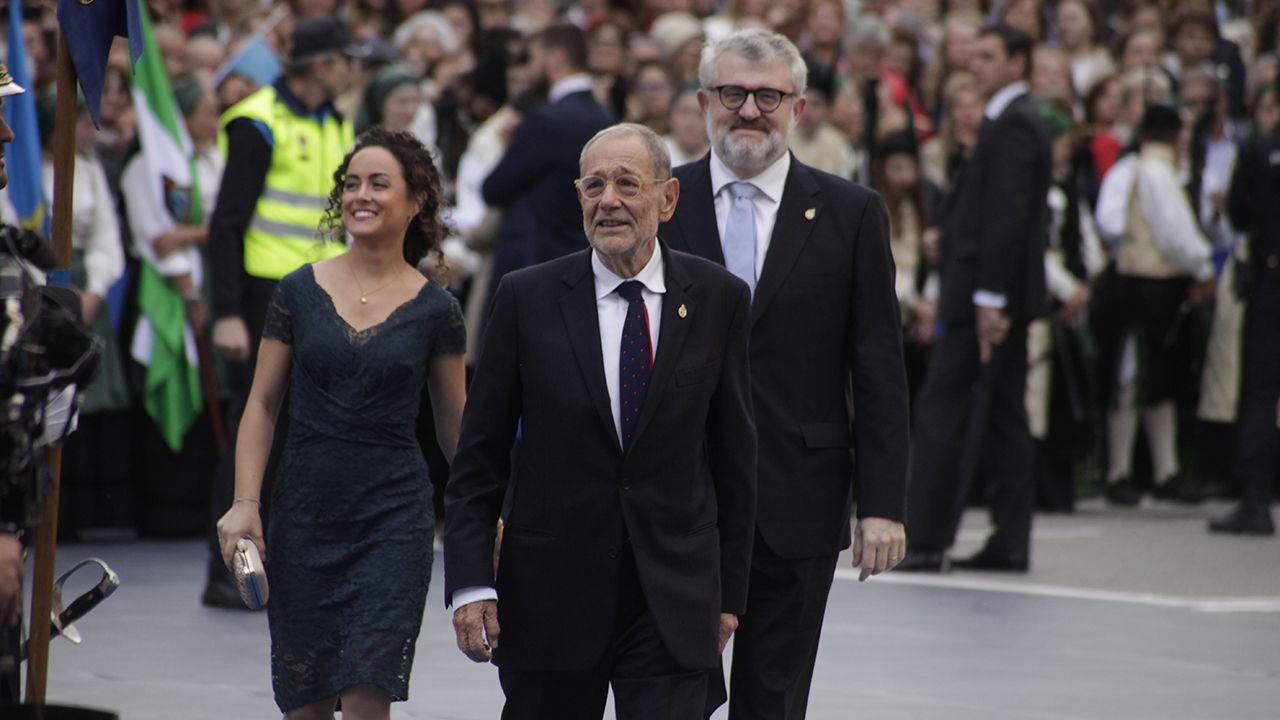 Javier Solana, Miguel Falomir y , Laura Fernández, en representación del Museo del Prado, a su llegada al Teatro Campoamor