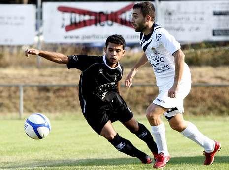 Anthony, a la izquierda, en el partido que el Lemos disputó en la primera vuelta en O Páramo.