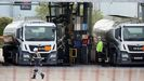 Trabajadores de una refinería de Esso llenan de combustible las cisternas de los caminones.