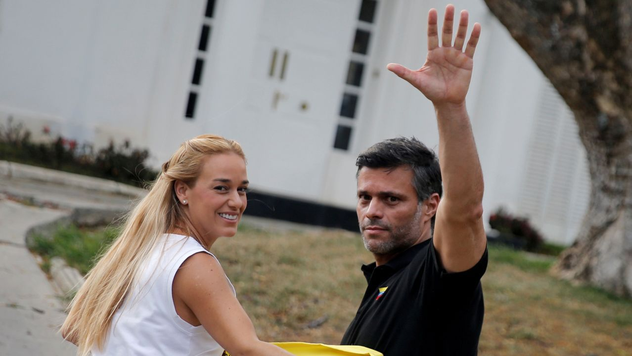 Guaidó: «Espero que la democracia española sea fuerte para hacer frente a la dictadura de Maduro».Leopoldo López y su mujer, Lilian Tintori, en el único encuentro con la prensa tras su llegada a la embajada española