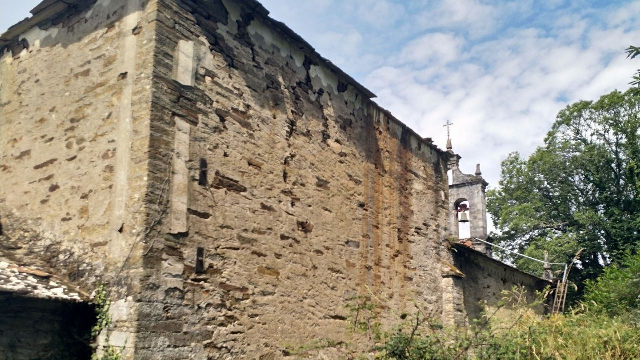 Los muros de la iglesia sufren un importante deterioro y una parte de la cubierta está desplomada