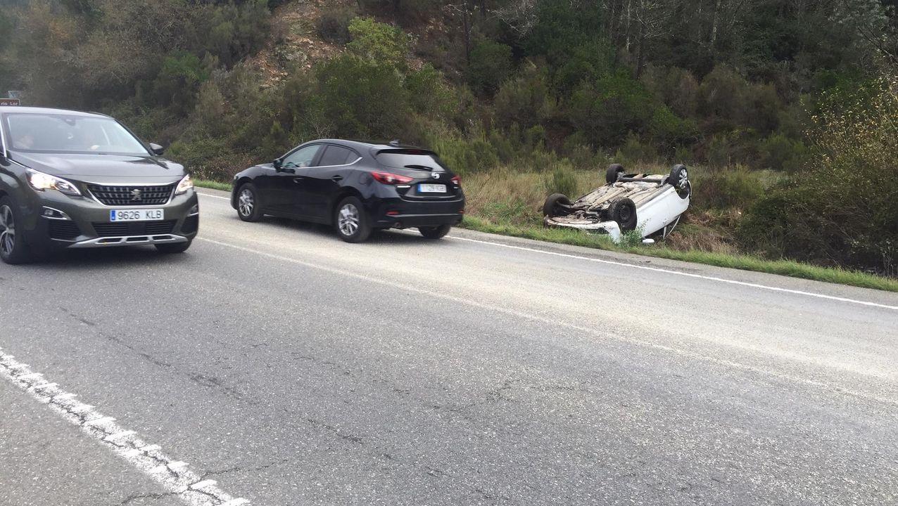 El automóvil accidentado quedó volcado sobre la cuneta después de salirse de la vía