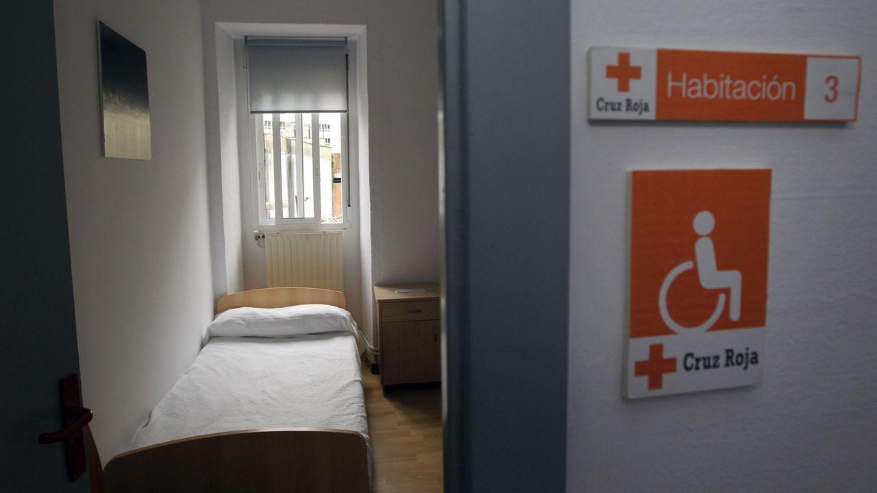 Homenaje a Adrián Verdes en Malpica por sus 25 años en Protección Civil: las imágenes.Trabajadores de Cruz Roja en Ferrol