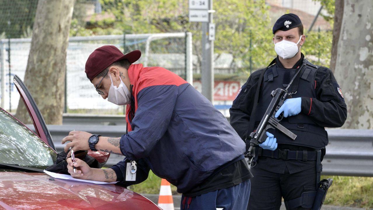 Los carabinieri controlan a los conductores en una carretera en Bérgamo, norte de Italia, para garantizar que cumplan con las órdenes del confinamiento