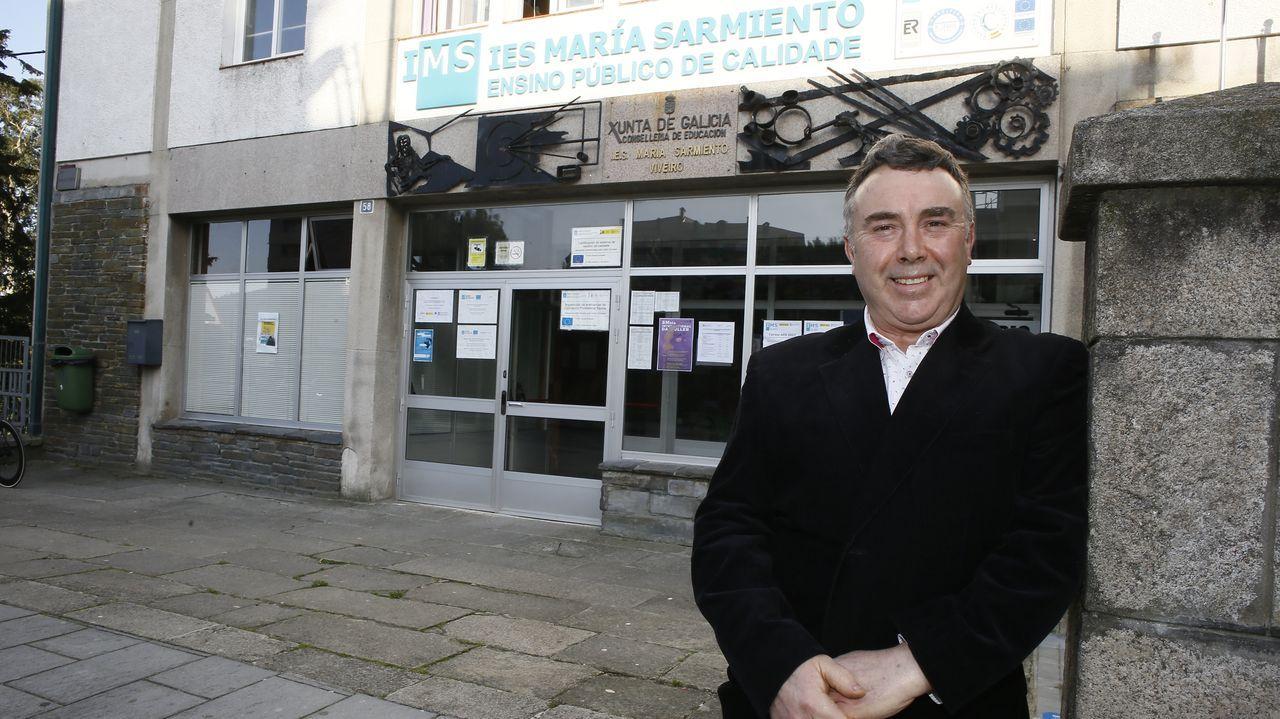 Pardo Gato diante do actual María Sarmiento de Viveiro, no que estudou, foi profesor e director