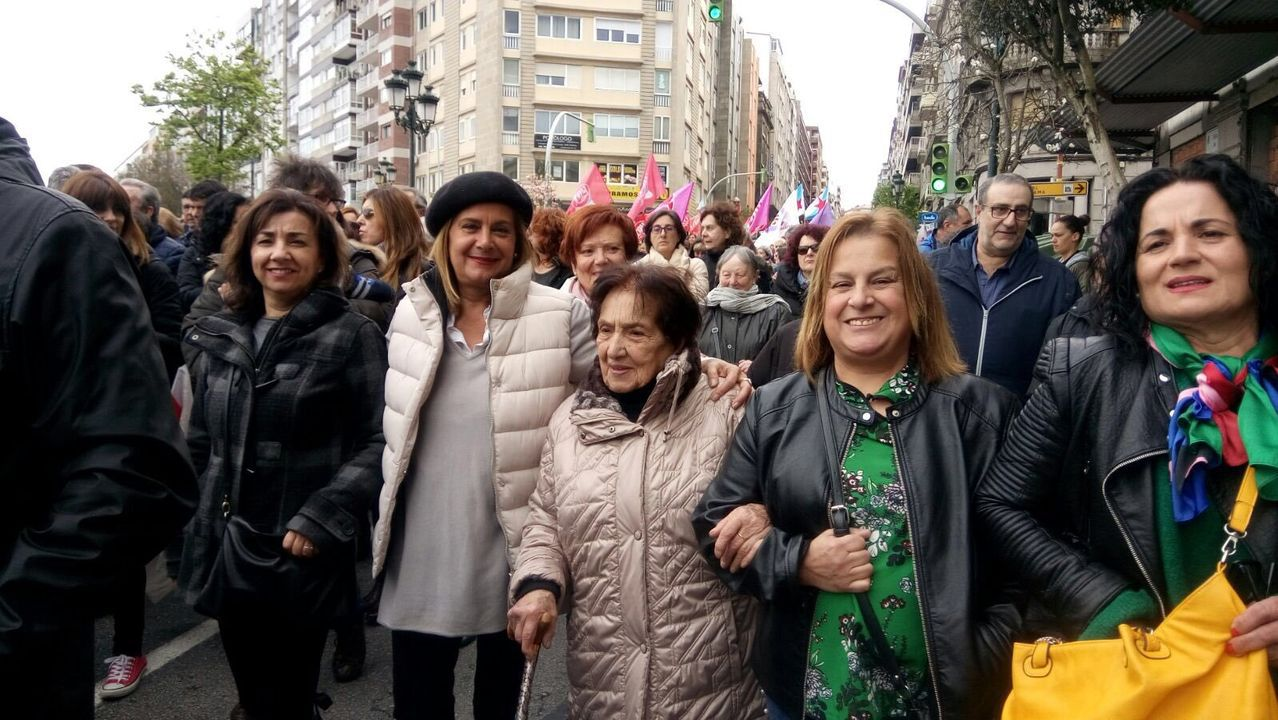 La montaña de Lugo se tiñe de blanco.Carmela Silva, con su madre, en la manifestación del Día de la Mujer del año 2018, en Vigo.