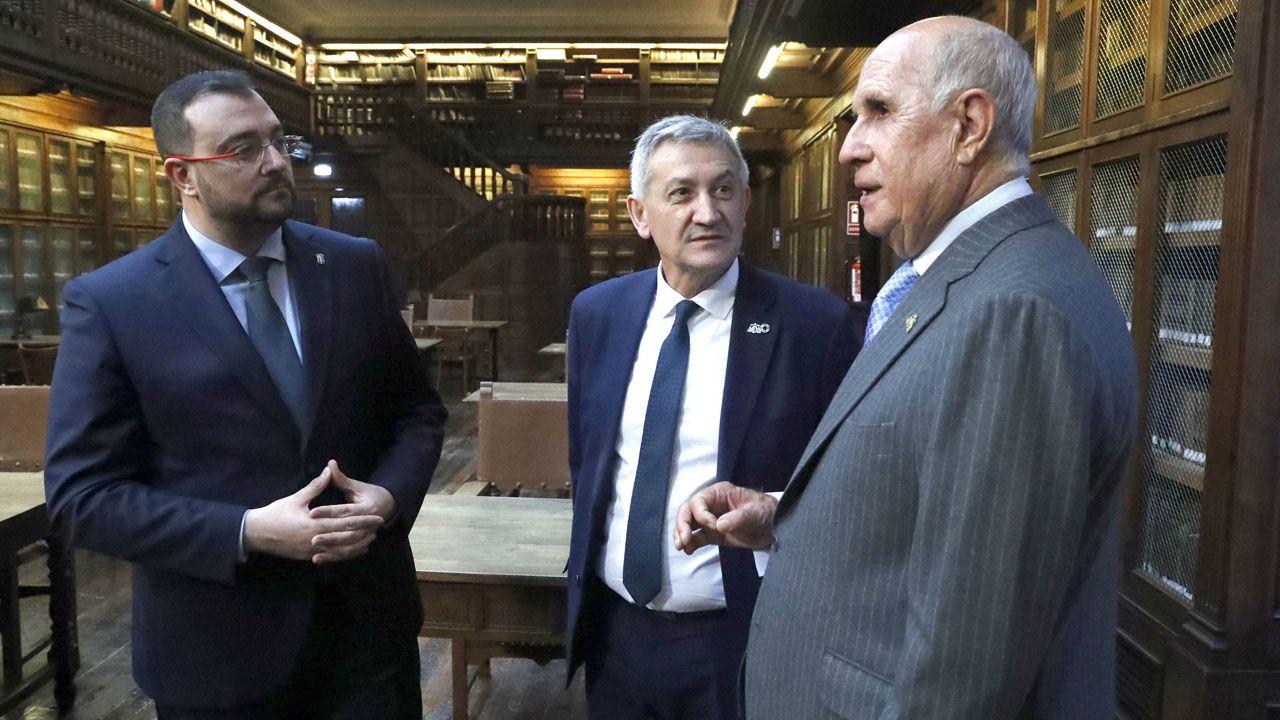 La familia real hace pública su nueva imagen.Adrián Barbón, Santiago García Granda y Juan Antonio Pérez Simón