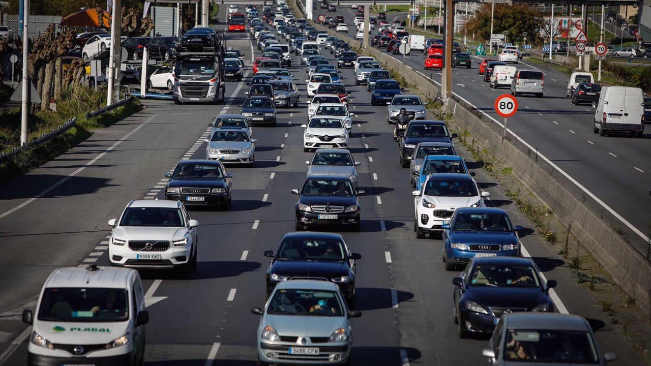 Tráfico denso en Alfonso Molina, avenida para la que el PP pide que se consignen 1.500.000 euros