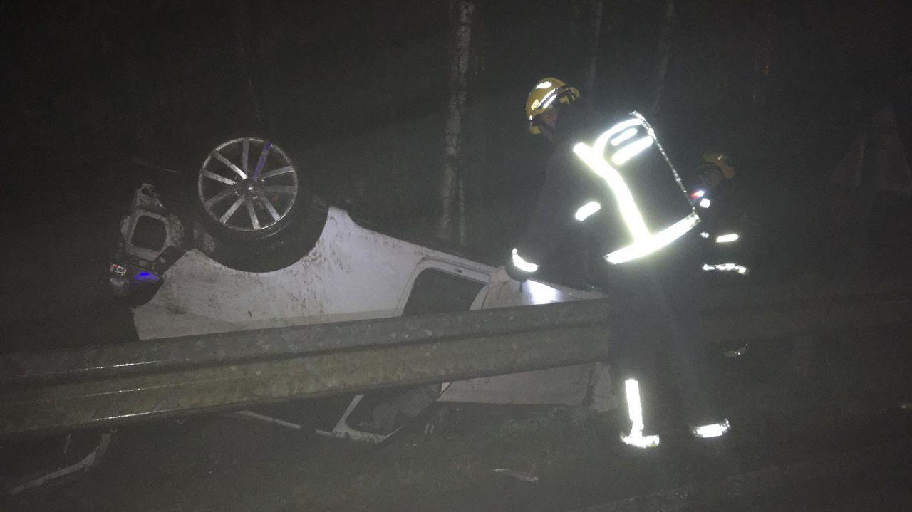 Un bombero examina el coche en el que murió la joven de 20 años en O Pino