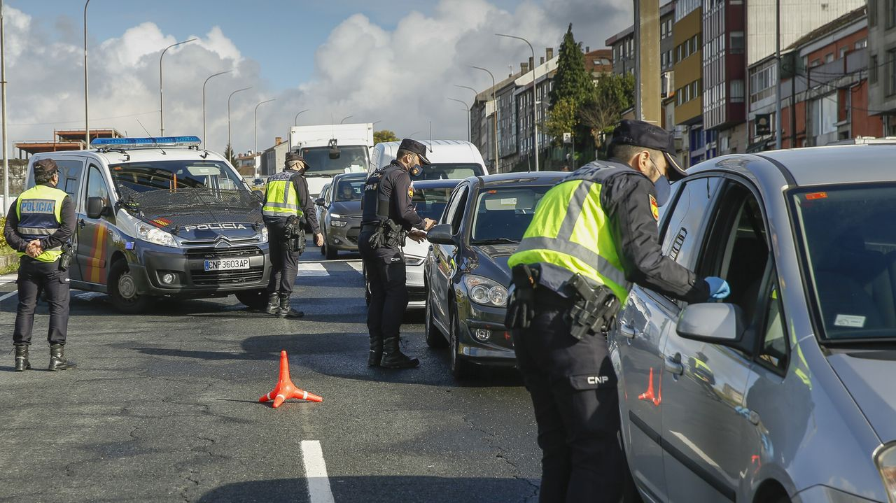 Un control conjunto realizado por agentes de la Policía Nacional y la Local en Santiago para vigilar el cumplimiento del cierre perimetral
