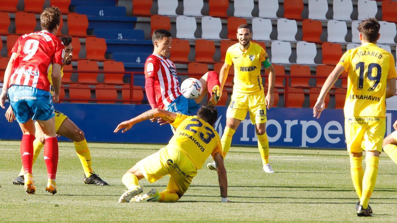 Los jugadores del Oviedo, tras la derrota en el Tartiere ante el Albacete