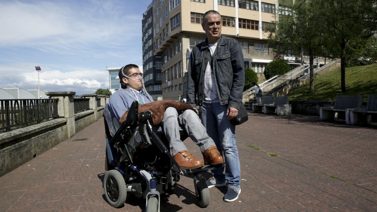dni yes.Daniel Fiaño, con su padre, en una foto tomada en A Coruña a principios de este mes