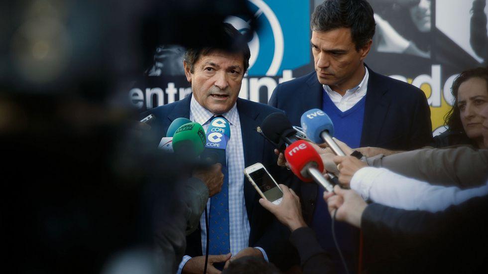 Pedro Sánchez escucha cómo Javier Fernández atiende a los medios de comunicación, durante una visita a Asturias.Pedro Sánchez escucha cómo Javier Fernández atiende a los medios de comunicación, durante una visita a Asturias