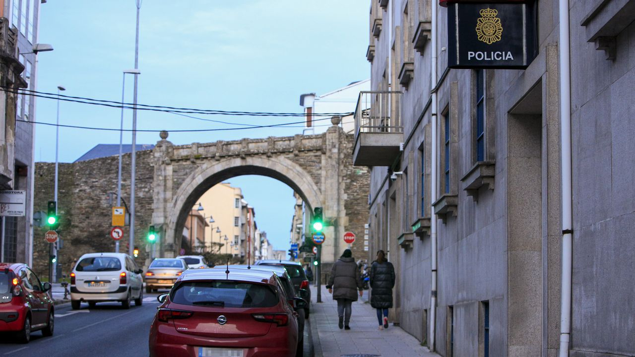 EN DIRECTO: Manifestación en Barcelona en apoyo al rapero Hasel.Por la mañana, servicio más complicado. Durante las mañanas, además de atender las llamadas de emergencia, los operadores del 091 tienen que ayudar en las solicitudes de información de los policías que están en la calle y requieren datos para identificaciones de personas o matrículas.