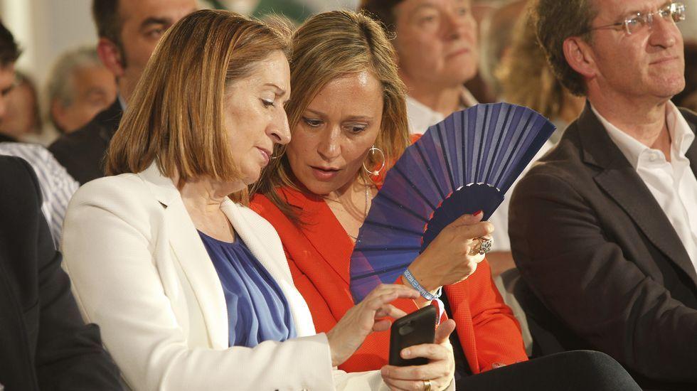 Elena Muñoz y Ana Pastor conversan en un momento del mitin del PP