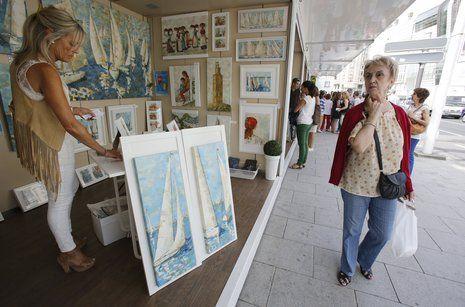 Pilar Fandiño en su puesto de la Feria de Artes Plásticas