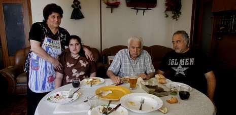Marta Verdeal Bóveda, en la imagen con una de sus hijas, su marido y su padre.