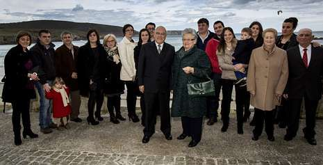 Aurelio Carvajal y su esposa, Herminia Arcay, son sus hijos y nietos, junto a la playa de Malpica.