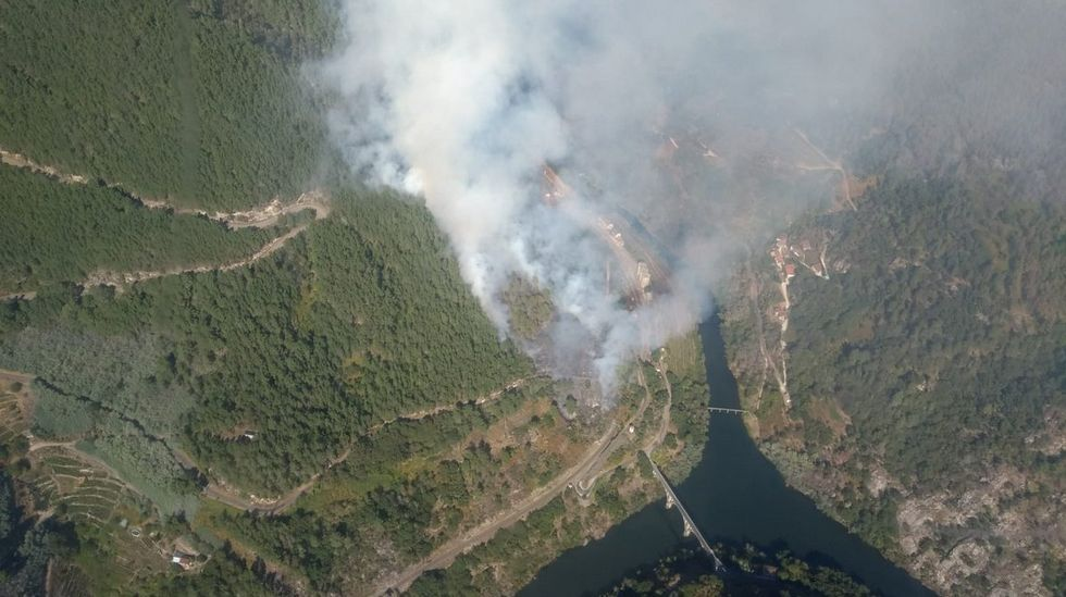 Fotografía del incendio de la desembocadura del Cabe visto desde el aire, publicada en la cuenta de Twitter de la brigada helitransportadea de bomberos forestales del monte Marroxo (Monforte)