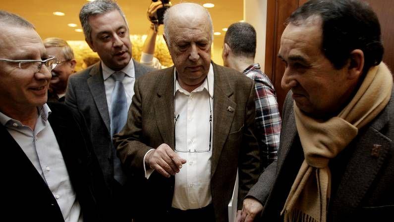 Xosé Fernández Ferreiro toma posesión como membro da RAG.Xosé Luís Méndez Ferrín, á esquerda, e Xosé Luís Axeitos, onte, na sede da Academia Galega.