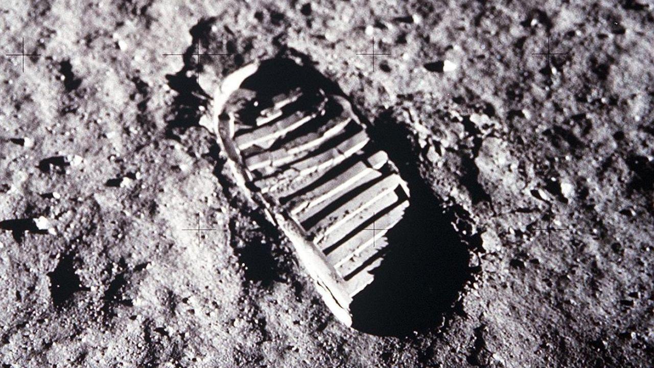 ¿Por qué la pisada de los astronautas es tan perfecta?Los defensores de la conspiración dicen que tratándose de un lugar tan seco, en realidad, parece que alguien haya pisado arena mojada. Pero el regolito o suelo lunar se parece más bien a la harina, debido a la menor gravedad. Y solo hay que recordar qué sucede cuando se pone, por ejemplo, un pescado sobre un recipiente con harina. Los rasgos del pez quedan perfectamente definidos.