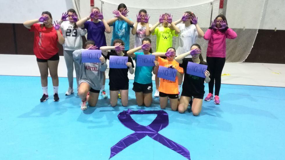 25N.Los equipos Nova Xestión Pabellón, del club balonmano Pabellón, pintaron sus manos para mostrar su repulsa contra la violencia machista