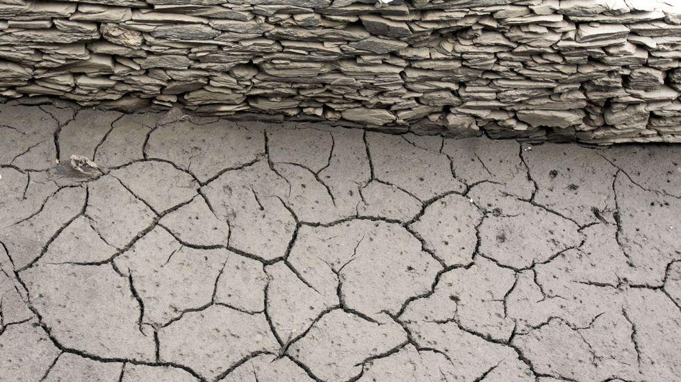 La bajada de nivel del embalse de Vilasouto deja al descubierto antiguas construcciones prácticamente intactas, como este muro que cerraba un camino que descendía al río Mao