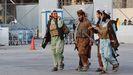 Patrullas talibanes en el exterior del aeropuerto de Kabul