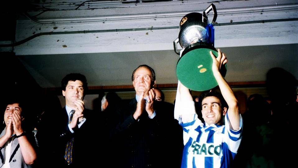 Entrega de la Copa del Rey a José Ramón, capitán del Deportivo. Año 1995.