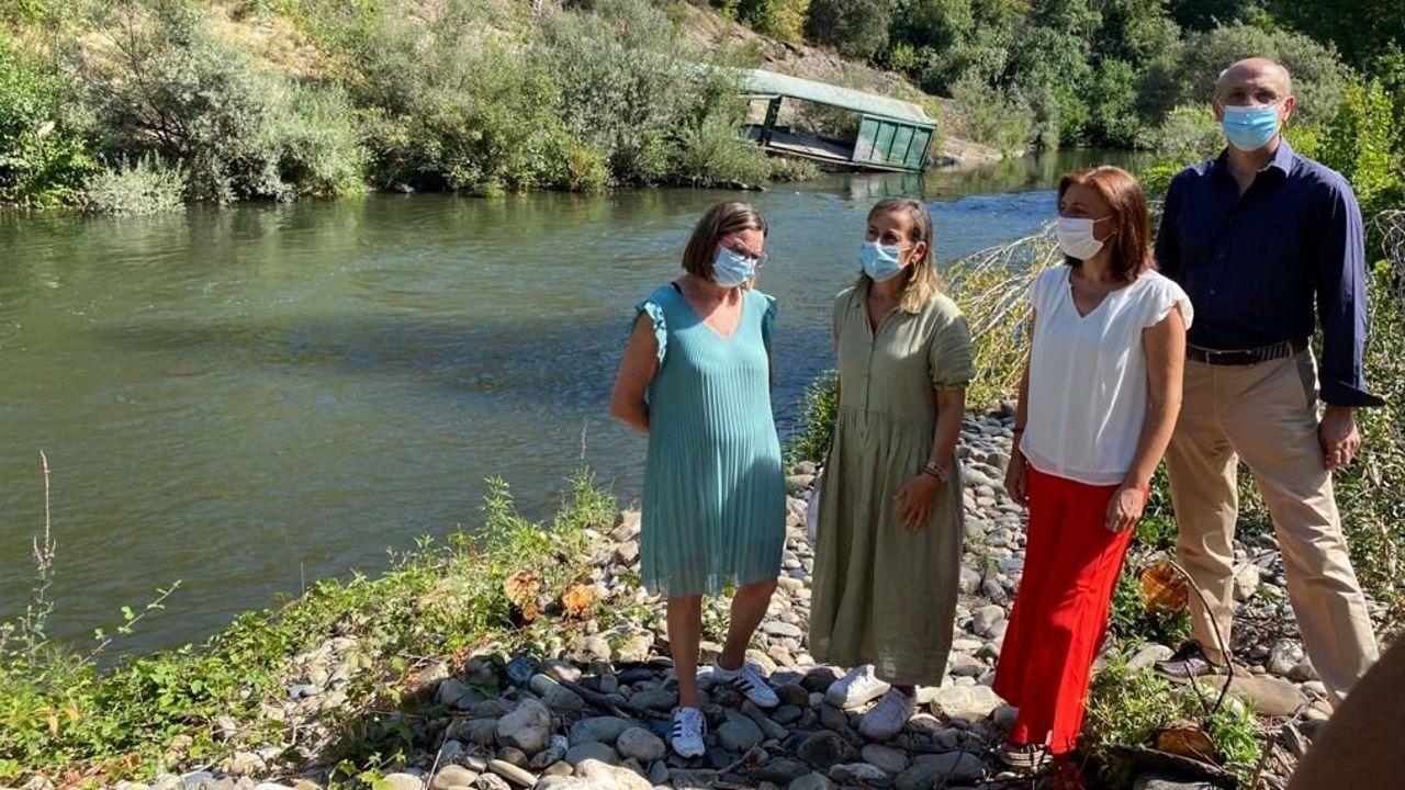Las conselleiras de Infraestruturas y Medio Ambiente visitando la zona donde se han tirado los vagones