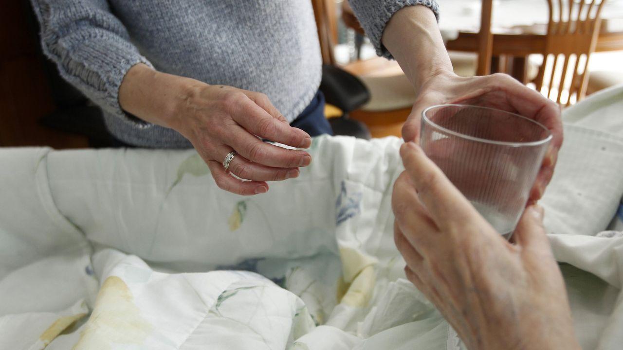 irixoa.Una mujer atiende a su madre dependiente, usuaria de un servicio de dependencia municipal