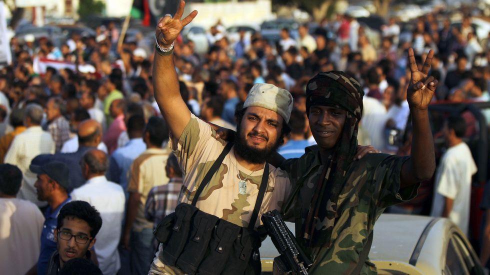Libios armados posan para la cámara durante las protestas contra el nuevo gobierno propuesto por el embajador de la ONU