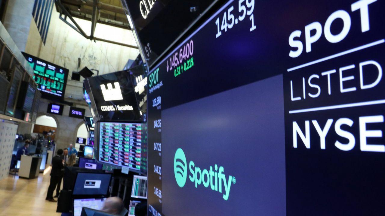 Una pantalla muetra el logotipo y la cotización de la compañía sueca Spotify en la bolsa de Nueva York