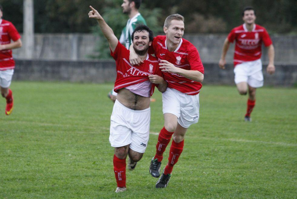 Davicín celebra un gol del Brollón en el campo de Os Medos.