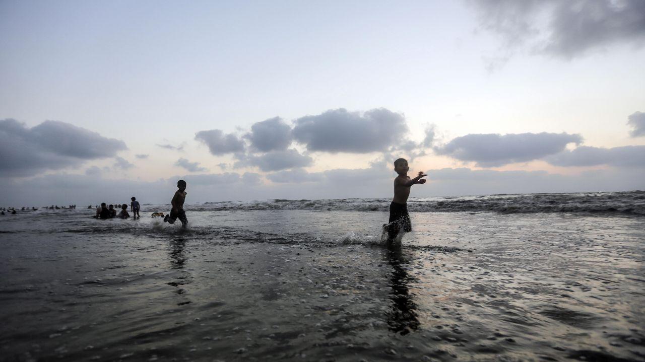 Niños palestinos en una playa de la franja de Gaza