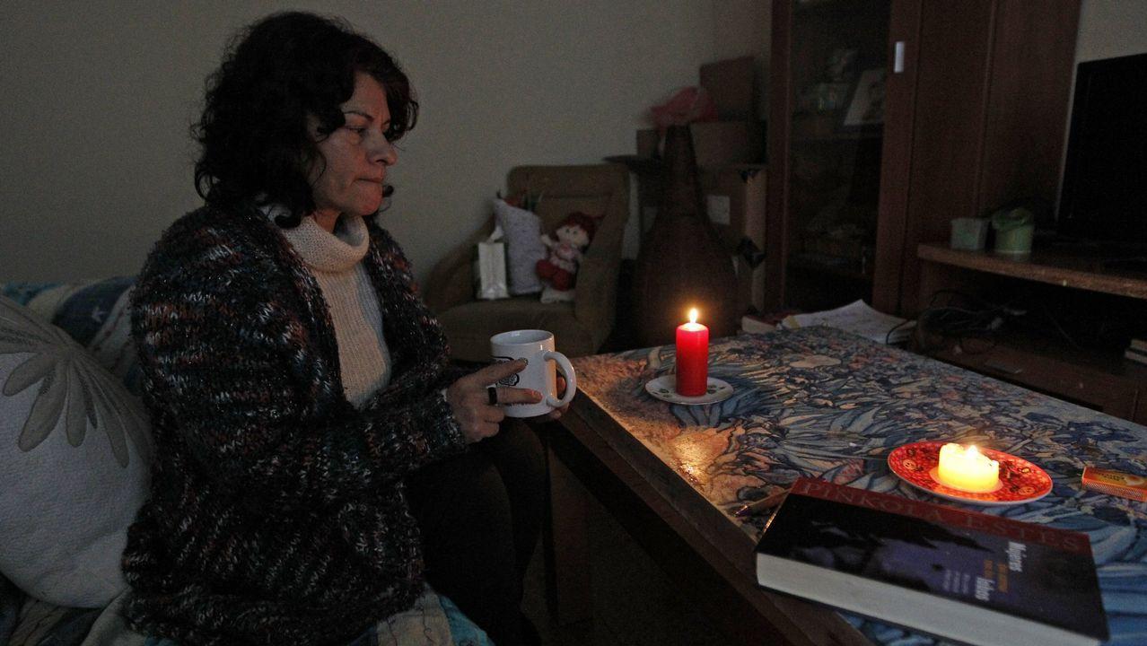 Empleados de Alcoa llaman a los trabajadores españoles a apoyar sus reivindicaciones ante Industria.Con velas en casa para ahorrar en la factura de la luz