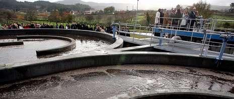 Dispositivo de búsqueda en el río Umia.Alcaldes y conselleiros recorrieron las nuevas instalaciones de Ribadumia para conocer de cerca su funcionamiento.