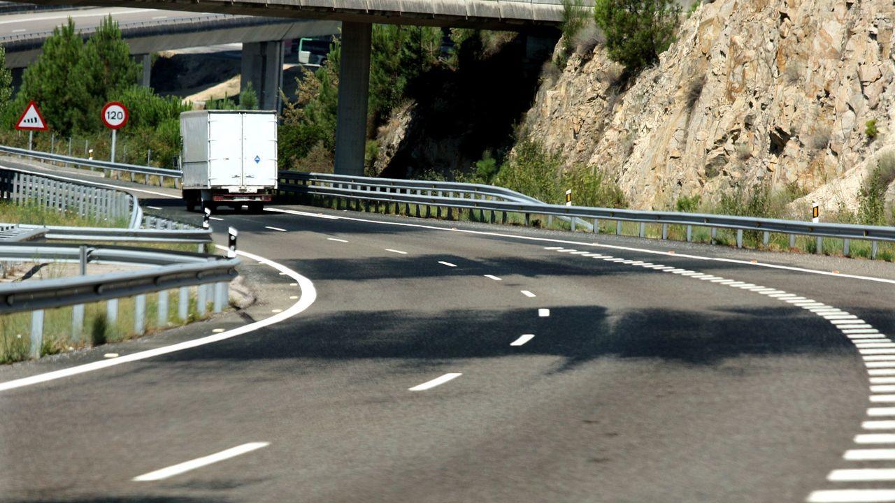En algunos tramos, como este de la A-52, se han colocado grandes señales fluorescentes para advertir a los conductores