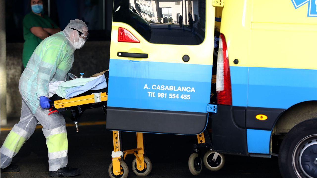 Accidente de tráfico en Santa Comba.José Ramón Calvo entrega las protecciones al alcalde de Boiro, José Ramón Romero