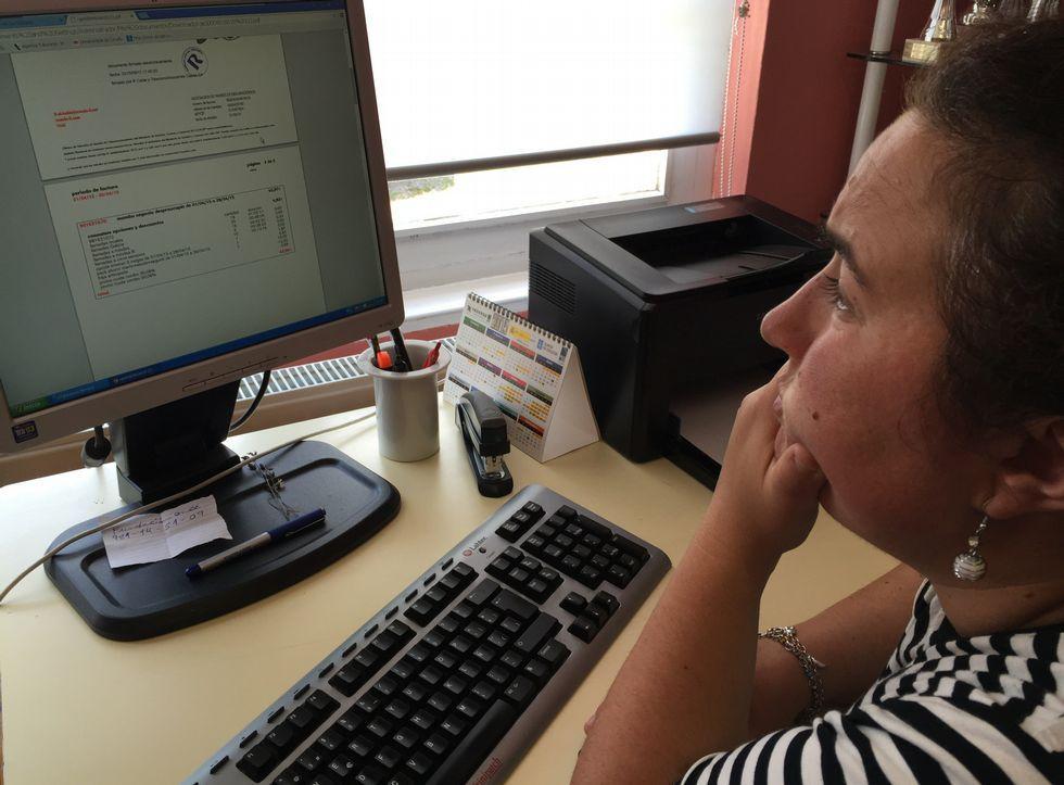María José Ferreiro, directora de Aspadisol, observa la factura que le han pasado al cobro.