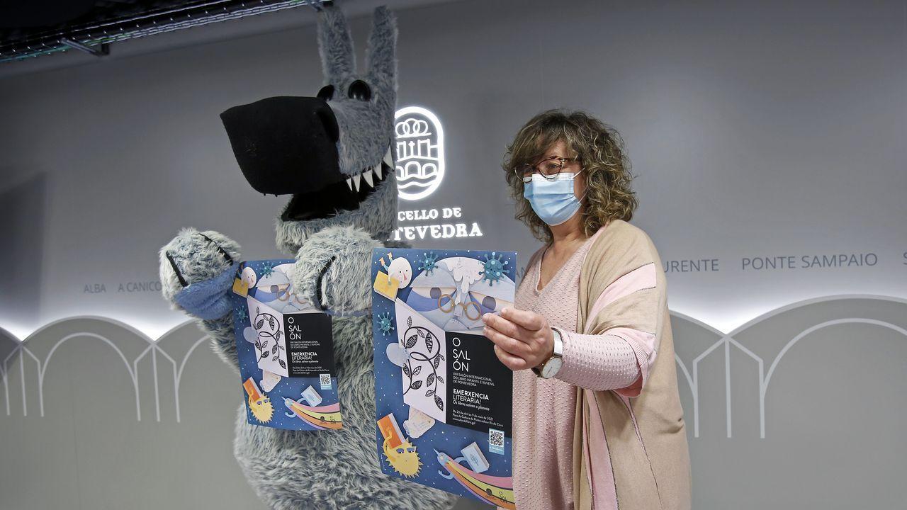 El Salón del Libro Infantil y Juvenil abre sus puertas en Pontevedra.A concelleira de Cultura, Carmen Fouces, coa mascota do Salón do Libro, Orbil.