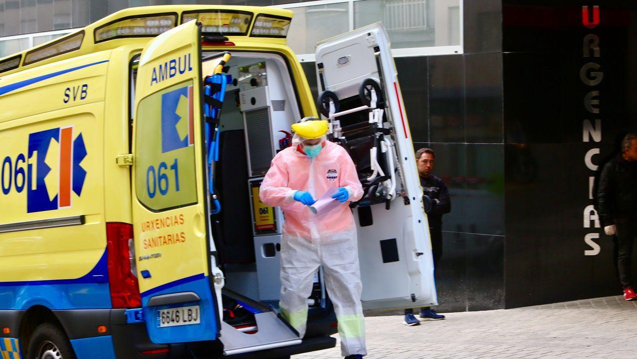Una ambulancia del 061, en el hospital de Povisa