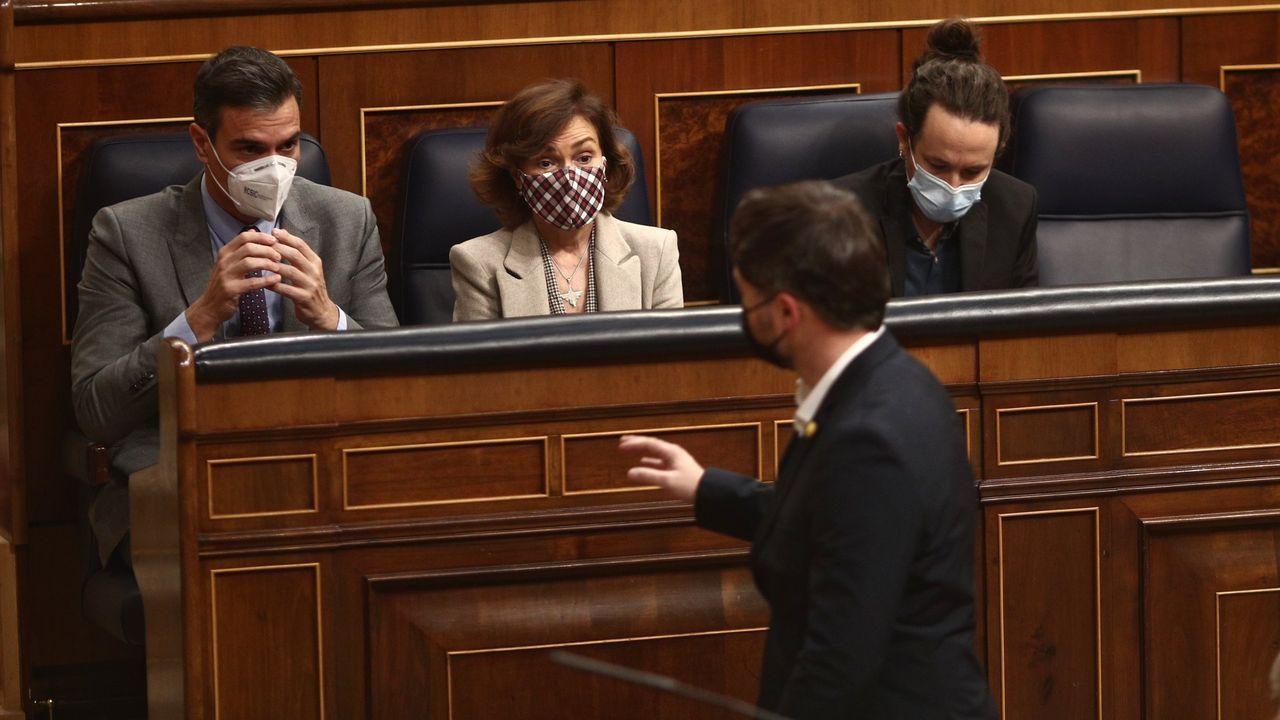 El portavoz parlamentario de ERC, Gabriel Rufián, pasa ante Pedro Sánchez, Carmen Calvo y Pablo Iglesias