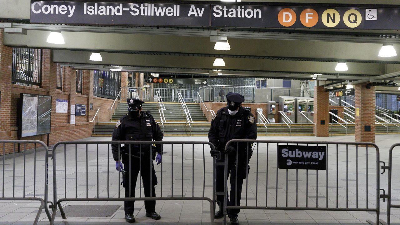 Un millar de agentes vigilan el cierre de las estaciones de metro de la ciudad